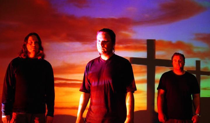 Irska se ponaša z veliki imeni kot so U2, Enya, The Cranberries … Vsi ti bendi odzvanjajo irski pridih in vsi vemo, kako jih lahko popredalčkamo. Potem pa imamo tudi skupino God Is An Astronaut, ki s svojo netipično glasbo presega te irske meje. Njihova ambientalna, inštrumentalna popotovanja v vsemirje rockerske glasbe so hitro pridobila...