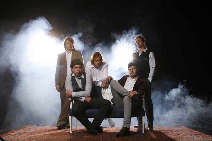 """Skupina The Tide pošilja na radijske valove že tretji single za pesem Letters From The Other Side z aktualnega albuma """"Kings Of The Hill"""". Po pesmi Snow in Decline prihaja čas za sporočila iz onostranstva. Če že obstaja, so nekje tudi skrita sporočila, ali je pač vse v naših mislih. """"Navidezna ljubezen ali resnična izguba.""""..."""