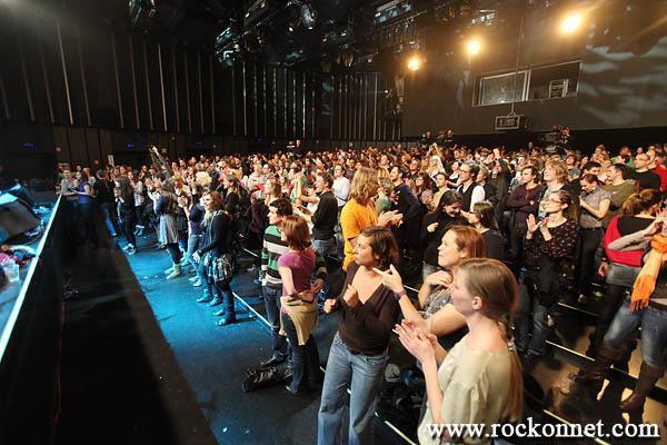 Ljubljana / Kino Šiška  25. 11. 2011  Polone več ni, tudi slovenščina se je prelevila v hrvaški jezik. Ostaja pa značilen zvok, Guštijev podpis, v vsakem komadu nove plošče Naša stvar, ki je bila v petek predstavljena v Kinu Šiška. Čiste glasovne linije Polone Kasal, zaščitnega znaka Guštijevih projektov, je zamenjal nekoliko bolj našpičen vokal mlade...