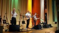 Union dvorana je krasna dvorana, a sedeti na irsko glasbo je težko. Zelo mešana publika je tako po eni strani sestavljala starejšo mirnejšo publiko, na drugi strani pa so bili mladi, ki so navajeni na koncertih migati, prepevati in srkati pivo.