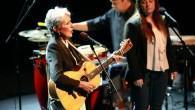 Joan Baez je sporočilnosti pesmi vedno dajala primaren pomen, zato se že med samim koncertom nisem mogla izogniti razmišljanju, da bi koncert veliko raje slišala pred državnim zborom, mestno občino in ..., pred folk ljudmi v kavbojkah in obledelih majicah, ne v petkah, krilih, srajcah in suknjičih.