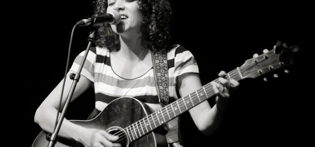 Večer je otvorila s skladbo Blues de mar z – če odmislimo lanskoletni projekt z božičnimi pesmimi – zadnjega albuma Postales. Že z njo je opozorila na svoj subtilen način izvajanja, ki ga neprestano prepleta z izredno močnimi momenti.