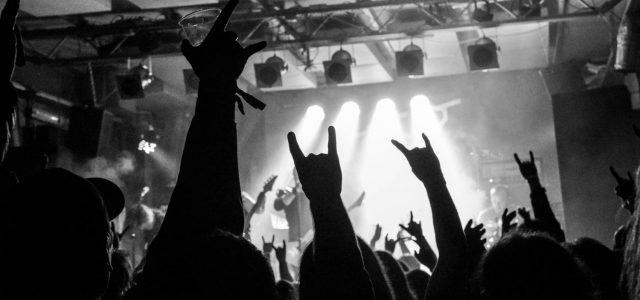 Ni mi sicer čisto jasno, zakaj koncert ni bil razprodan že lep čas nazaj, ampak OK, veliko kart pač ni ostalo … Kje ste bili, death metalci, če ne na koncertu, kot si ga lahko vsak ljubitelj dobre glasbe le želi?